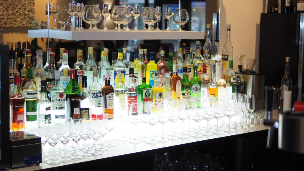 Beleuchtete Bar im Restaurant Prinz Buer